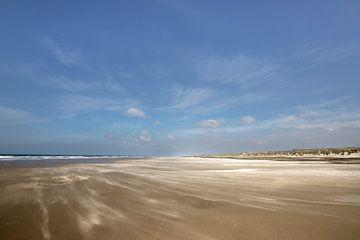 Strand met blauwe lucht op schiermonnikoog van Karijn | Fine art Natuur en Reis Fotografie