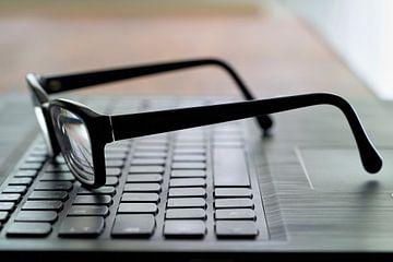 Glazen op een toetsenbord van Heiko Kueverling