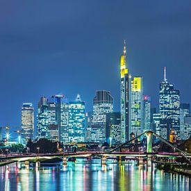 Frankfurt am Main - Skyline op blauw uur van Frank Herrmann