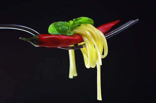Hot Pasta mit Chili Küchenstillleben von Tanja Riedel