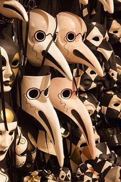 Karnevalsmasken in Venedig, Italien von Joost Adriaanse