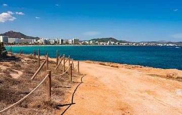 Strand aan zee van toeristenoord Cala Millor op het eiland Mallorca, Spanje Middellandse Zee van Alex Winter