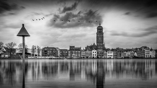 Zwart wit beeld van Deventer en de IJssel tijdens hoogwater met reflectie in het water.