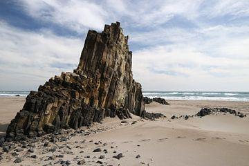 Basaltblokken in het zand van Lianne van Dijk