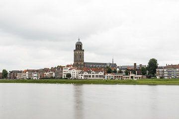 Stadszicht Deventer met IJssel en Lebuinuskerk van Patrick Verhoef