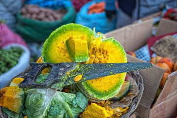 Auf dem Gemüsemarkt in Bolivien mit einem gelbgrünen Kürbis. Wout Cook One2expose von Wout Kok