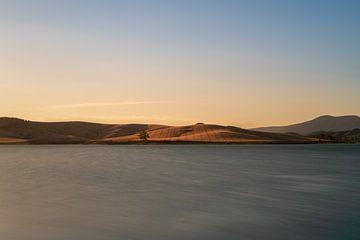 Uitzicht op het meer bij zonsondergang van Robert de Boer