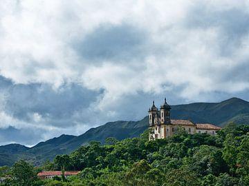 Oude kerk op heuvel van Hannon Queiroz