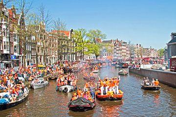 Varen op de grachten in Amsterdam met koningsdag in Nederland van Nisangha Masselink