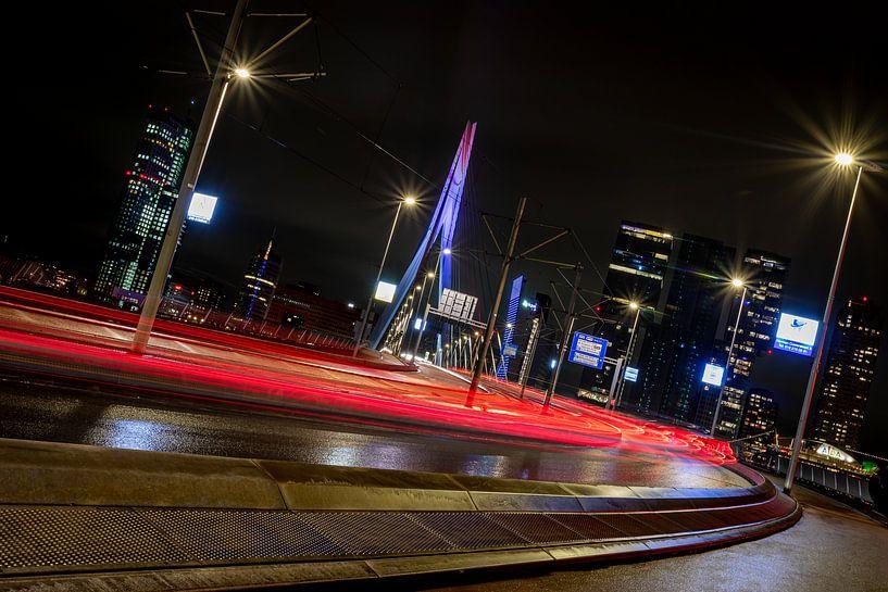 Rotterdam - Lichtstrepen - Erasmusbrug van Fotografie Ploeg