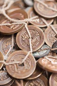 Gebonden antieke Chinese muntstukken op een Chinese rommelmarkt