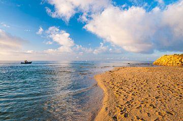 Angeln bei Sonnenaufgang auf dem Meer vor dem Strand von Richard Janssen