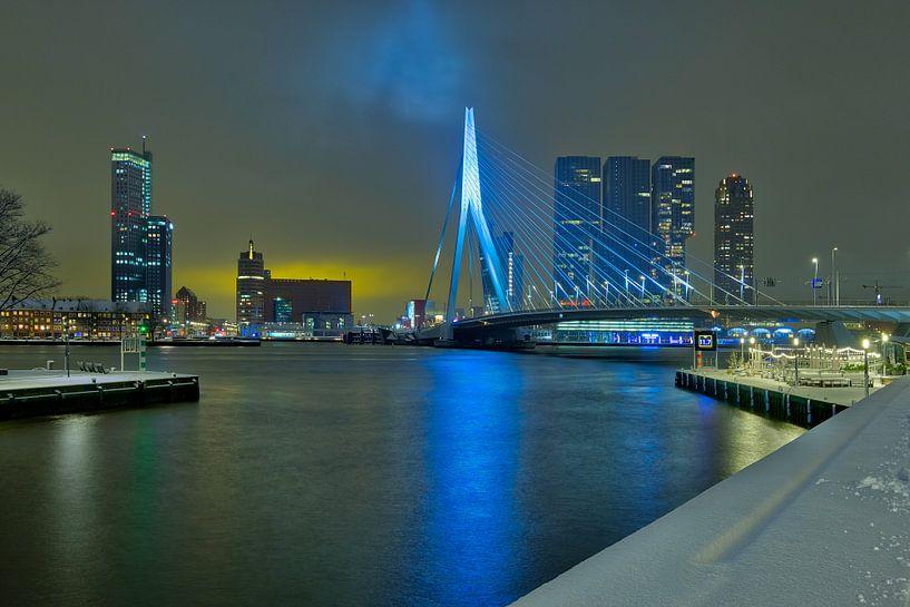 Skyline Rotterdam met Erasmusbrug in de winter met sneeuw van Mark De Rooij