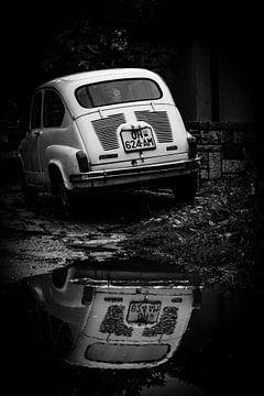 Reflectie van een Fiat z/w van Isabelle Stuit