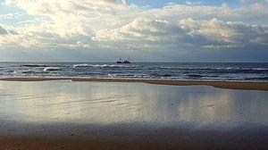Vissersboot op zee bij Petten.  sur Il se