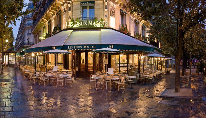 Een café in Parijs in de vroege ochtend / Le Deux Magots in Paris on an early morning van Nico Geerlings