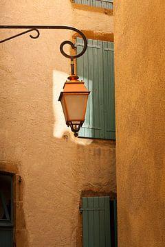 Lantaarn in oud steegje in Frankrijk van Halma Fotografie