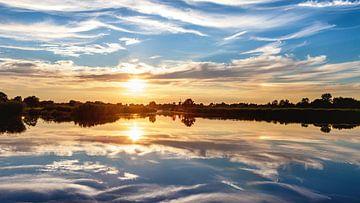 Onlanden :  Zonsondergang symmetrisch van R Smallenbroek