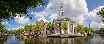 Panoramablick auf den Langen Hafen in Schiedam mit der Hafenkirche und dem Jenevermuseum von Henno Drop