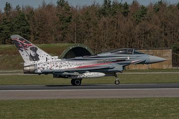 Verrassing op vliegbasis Wittmund: Von Richthofen livery op Eurofighter komt voorbij getaxied nadat  van Jaap van den Berg