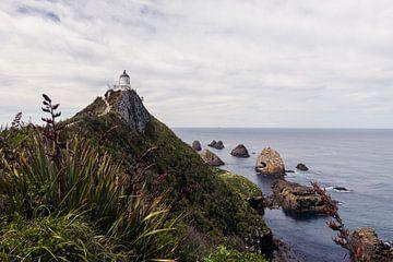 Vuurtoren op een klif in Nieuw-Zeeland van Linda Schouw