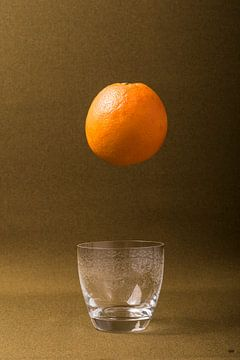 sinasappel boven een glas. van Lieke van Grinsven van Aarle