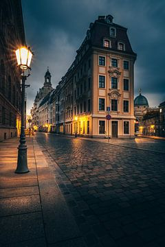 Historische straat in Dresten, verlicht in de ochtend van Jan Wehnert