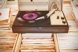 Vintage platenspeler op bakken met elpee's