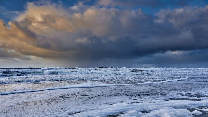 wolkenluchten boven de Noordzee van eric van der eijk