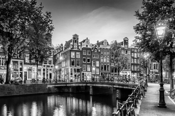 AMSTERDAM ' s avonds idylle in de Singel | zwart-wit van Melanie Viola