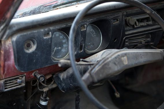 Het dashboard van een verlaten oldtimer Mazda