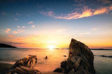Zonsondergang aan de kust van Griekenland met strand en stenen van Fotos by Jan Wehnert