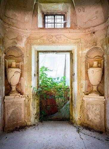 Verlassene Villa mit Vasen.