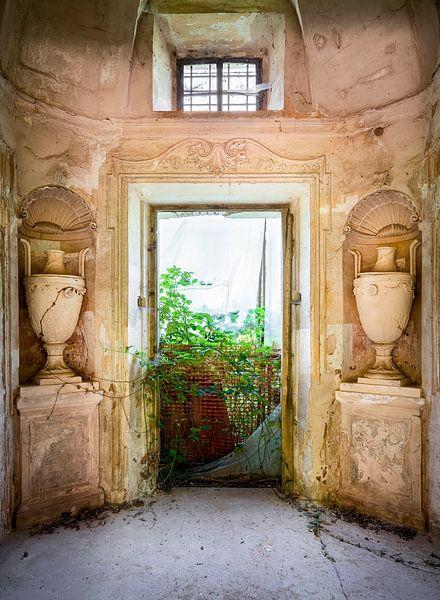 Verlassene Villa mit Vasen. von Roman Robroek