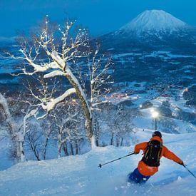 Nacht skiën op een vulkaan in Niseko, Hokkaido Japan van Menno Boermans