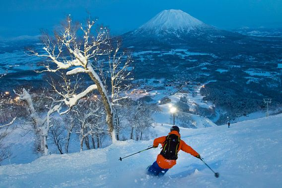 Nachtskifahren auf einem Vulkan in Niseko, Hokkaido Japan