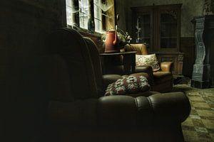 Een verlaten huiskamer in een verlaten huis