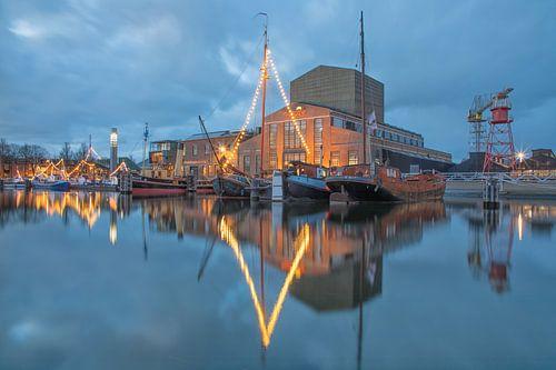 Haven van Den Helder tijdens het blauwe uur. van Justin Sinner Pictures ( Fotograaf op Texel)