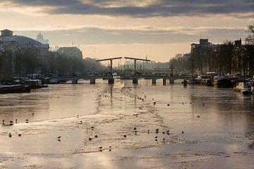 Winterliche Magere Brug, Amsterdam von Dennis van de Water