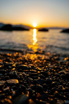 eerste zonnestralen op het sprankelende strand in Ligurië van Leo Schindzielorz