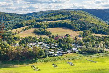 Landschap met bergen en vallei in Edertal Sauerland Duitsland van Ben Schonewille