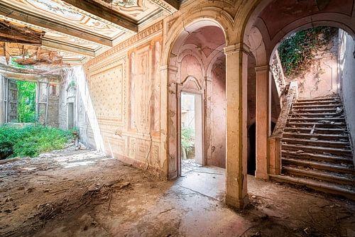 Villa abandonnée en état de délabrement avancé.