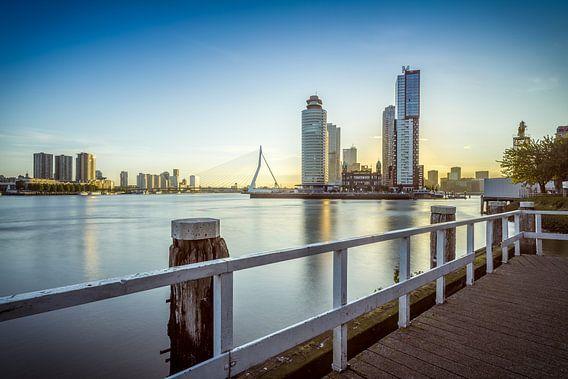Zonsopkomst Kop van Zuid en Erasmusbrug in Rotterdam van Mark De Rooij