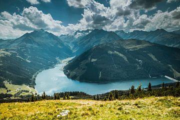 Uitzicht over bergdal van Stedom Fotografie