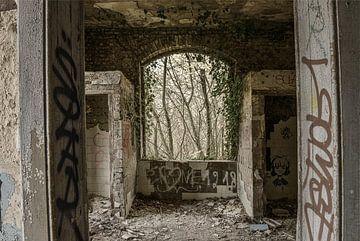 Raam in vervallen gebouw van