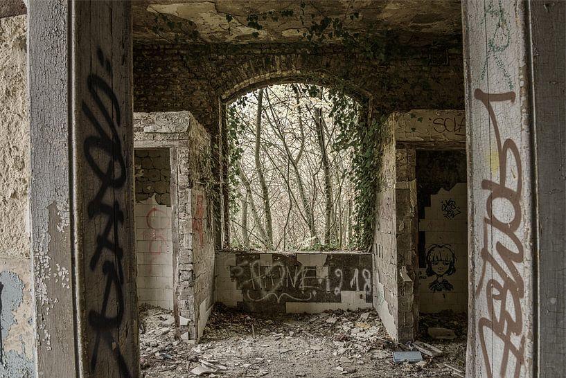 Fenster in einem verfallenen Gebäude von Ans Bastiaanssen