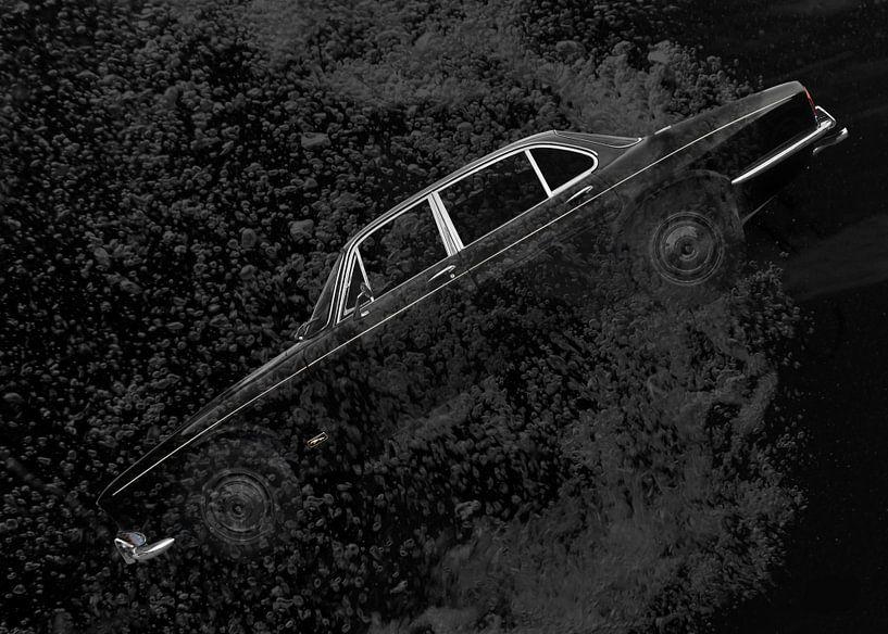 Jaguar XJ Series 1 in zwart diep water van aRi F. Huber