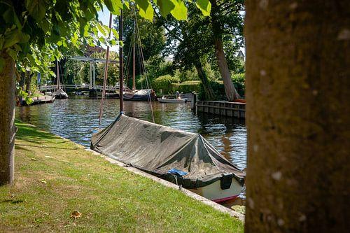 Uitzicht over water kanaal met bootjes in centrum Blokzijl