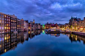 Huizen aan het kanaal van Damrak Amsterdam