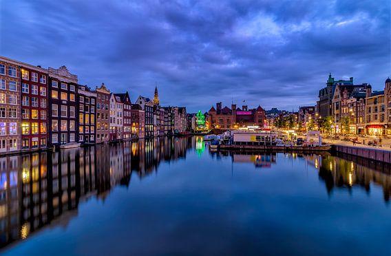 Huizen aan het kanaal van Damrak Amsterdam van Rene Siebring